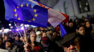 Người dân biểu tình phản đối cải cách tư pháp ở Vacxava, Ba Lan ngày 24/11/2017.