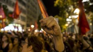 Les partisans du «non» célèbrent leur victoire dans le centre-ville d'Athènes, dimanche 5 juillet.