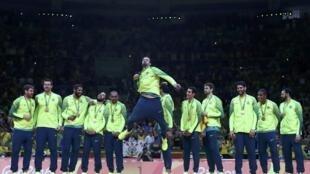 Jogadores da seleção durante a cerimônia de entrega de medalhas no Maracanãzinho.