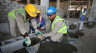 Des travailleurs immigrés sur un chantier à Doha, le 3 octobre 2013.