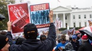 اجتماع مخالفان دموکرات و صدها تن از شهروندان آمریکا، در روز جمعه ١٨ آبان/ ٩ نوامبر ٢٠۱٨ ، در مقابل کاخ سفید در واشنگتن.