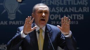 Defensor da luta contra a corrupção, o premiê turco Recep Tayyip Erdogan enfrenta escândalo de lavagem de dinheiro envolvendo próximos de seu governo.
