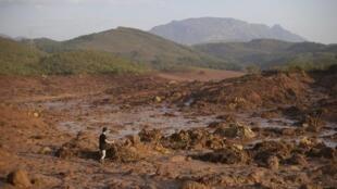 Mar de lama após rompimento da barragem