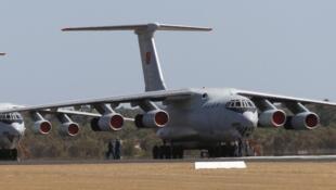 Hai máy bay Il-76 của Không quân Trung Quốc tại căn cứ RAAF của Úc, ngày 23/03/2014