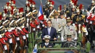 El presidente francés François Hollande desfila en la avenida de los  Campos Elíseos. REUTERS/Mal Langsdon.