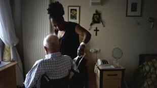 Houve um aumento de vagas para empregos mais precários, como o de cuidadores.