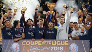 O time parisiense ergueu o troféu de campeão da Copa da Liga francesa pela oitava vez.