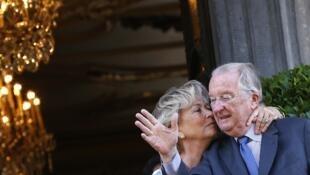 Albert II, accompagné ici de son épouse, la reine Paola, a abdiqué le 21 juillet 2013 (image d'illustration).