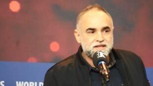 O diretor Karim Ainouz durante pronunciamento ao receber o prêmio na Berlinale neste sábado (24).