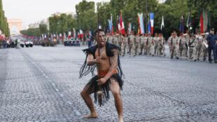 Un guerrero maorí en un desfile en los Campos Elíseos de París.