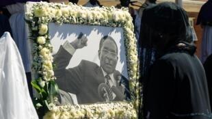 La veuve de Robert Mugabe, Grace, devant le portrait de l'ancien président zimbabwéen lors de son enterrement, le 28 septembre 2019.