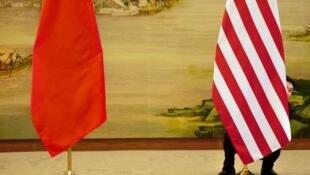 工作人員調整中美兩國國旗資料圖片
