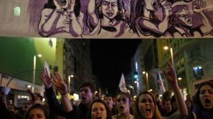Manifestantes ocuparam as principais ruas de Madri, na Espanha, neste sábado (8), Dia Internacional da Mulher.