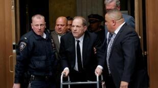 Le producteur Harvey Weinstein à son départ du tribunal de Manhattan, le 6 janvier 2020.