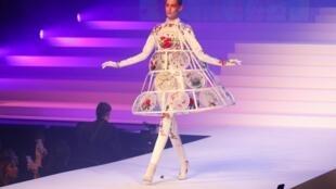 Modelo apresenta uma das criações de Jean Paul Gaultier no desfile de despedida do estilista francês da alta-costura. Em Paris, em 20 de janeiro de 2020.