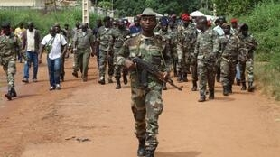Soldados guineenses patrulham as ruas de Bissau