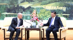 Chủ tịch Trung Quốc Tập Cận Bình tiếp thống đốc bang California Jerry Brown,Hoa Kỳ, tại Đại Lễ Đường, Bắc Kinh ngày 06/06/2017.