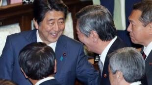 Thủ tướng Nhật Shinzo Abe (trái) vui vẻ với các nghị sĩ sau khi Quốc hội thông quan Hiệp định TPP ngày 10/11/2016.