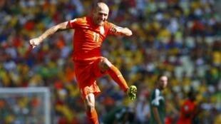 """Arjen Robben comemora vitória dos """"Laranjas"""" sobre o México neste domingo (29), no Castelão, em Fortaleza, nas oitavas de final da Copa do Mundo."""