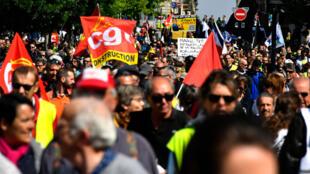 Manisfestantes e sindicalistas no 1° de Maio 2019.