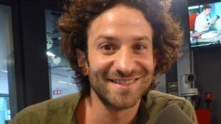 El escrotor franco-venezolano Miguel Bonnefoy en los estudios de Radio Francia Internacional.