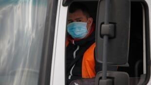 Un chauffeur routier portant un masque de protection au centre logistique d'Amazon à Lauwin-Planque dans le nord de la France le 19 mars 2020.