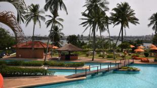 Vue sur la piscine d'un hôtel situé à Abidjan.