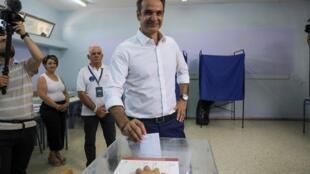 Лидер победившей на выборах «Новой демократии» Кириакос Мицотакис на избирательном участке 7 июля.