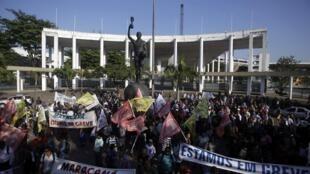 Site do jornal Libération destaca greves e atrasos nas obras para a Copa do Mundo de 2014.