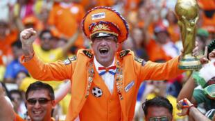 Cổ động viên Hà Lan luôn mặc áo màu cam đi ủng hộ đội nhà - REUTERS /Dominic Ebenbichler