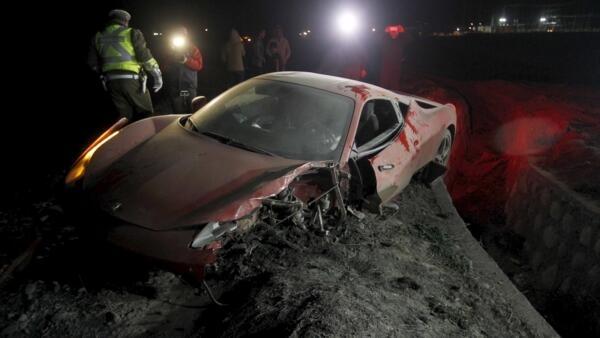 O volante da Juventus,  Arturo Vidal sofre acidente com sua Ferrari perto de Santiago.
