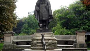 У подножия памятника баснописцу Жану де Лафонтену можно увидеть лисицу и ворону, которая держит в клюве... уж не головку ли сыра бри?!