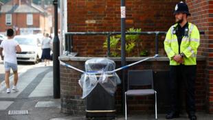 Một cảnh sát canh gác khu vực bị phong tỏa ở đường Rolleston, sau khi hai nạn nhân được xác nhận bị nhiễm chất độc Novichok, tại Salisbury, Anh quốc, 05/07/2018.