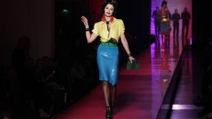 O estilo de Amy Winehouse, revisitado pelo estilista Jean Paul Gaultier.
