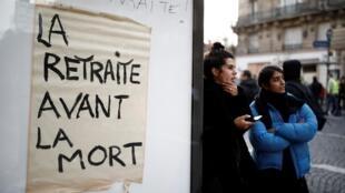 """Cartaz diz """"Aposentadoria antes de morte"""", durante a manifestação contra reforma da Previdência no dia 10 de dezembro"""