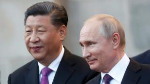 Chủ tịch Trung Quốc Tập Cận Bình (T) và tổng thống Nga Vladimir Putin tại điện Kremlin, Matxcơva, ngày 05/06/2019
