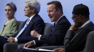 Президент Нигерии Мохаммаду Бухари (справа), премьер-министр Великобритании Дэвид Кэмерон и госсекретарь США Джон Керри на антикоррупционном саммите в Лондоне, 12 мая 2016.
