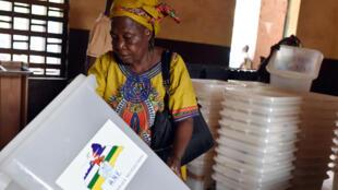 Ultimes vérifications du matériel de vote, à la veille du scrutin en Centrafrique, le 29 décembre 2015, à Bangui.