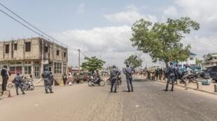 Des policiers montent la garde dans une rue de Cotonou, le 11 mars 2019, lors d'une marche pacifique de l'opposition (image d'illustration).