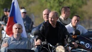 Tổng thống Putin trong đoàn xe gắn máy của CLB Sói Đêm ở Sebastopol, Crimée, ngày 10/08/2019.