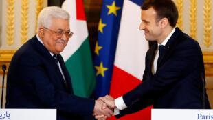 ប្រធានាធិបតីបារាំង Emmanuel Macron (ស្តាំ) និងប្រមុខដឹកនាំប៉ាឡេស្ទីន Mahmoud Abbas ពេលធ្វើសន្និសីទកាសែតថ្ងៃទី២២ ធ្នូ ២០១៧