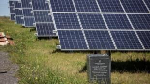 Ces panneaux solaires alimentent le premier aéroport à énergie solaire d'Afrique, en Afrique du Sud dans la ville de George.