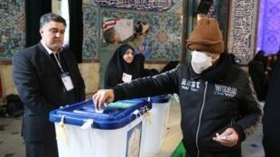 Người dân thủ đô Teheran đi bỏ phiếu bầu Quốc Hội trong bối cảnh dịch virus corona lan sang Iran, ngày 21/02/2020.
