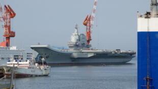 Tàu sân bay Sơn Đông (Shandong) của Trung Quốc (ảnh chụp lúc công việc đóng tàu chưa hoàn tất).