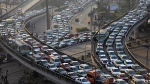 Les embouteillages quotidiens sont une des plaies du Caire, ici, aux abords du pont du 6-Octobre, en 2013.