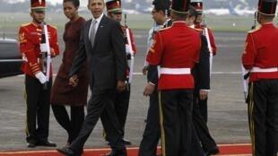Indonesian troops welcome Barack Obama to Jakarta