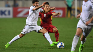 Cầu thủ Nguyễn Quang Hải (áo đỏ) ngôi sao trẻ của bóng đá Việt Nam, trong trận gặp đội Afghanistan ngày 14/11/2017 tại Hà Nội.