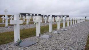 Tumbas de soldados caídos durante la guerra de Malvinas de 1982.