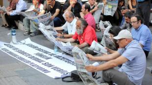 Jornalistas turcos protestam contra prisão de colegas em Ancara