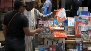 Un vendeur dans le marché Balogun de Lagos, au Nigeria.